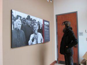 Bennett Jones Phillips at Selma Interpretive Center looking at John F. Phillips' photo of Jimmy Webb